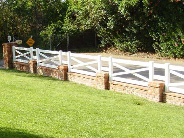Alternative styles of vinyl fencing concepts